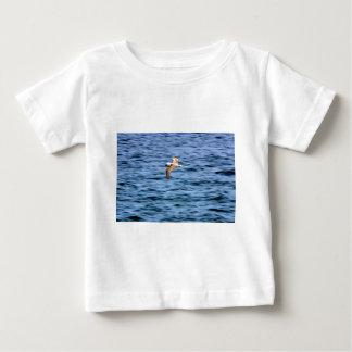 ガラパゴス諸島を飛ばす青い足のboobie ベビーTシャツ