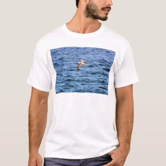ガラパゴス諸島を飛ばす青い足のboobie tシャツ