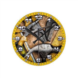 ガレージは人の洞窟の柱時計に用具を使います ラウンド壁時計