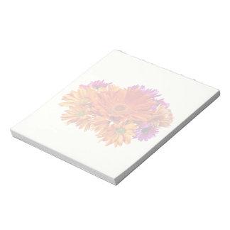 ガーベラのデイジーおよびミイラが付いている混合された花束 ノートパッド