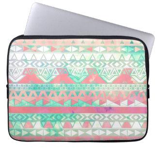 ガーリーでアステカなパターンピンクのターコイズの水彩画 ラップトップスリーブ