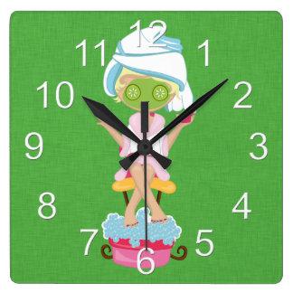 ガーリーなスパの女の子 スクエア壁時計