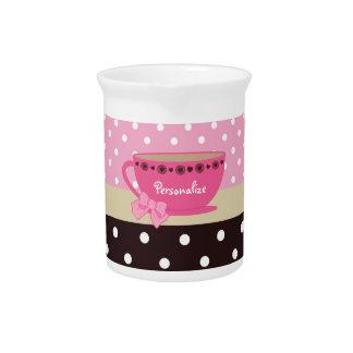 ガーリーなティーカップのピンクおよびブラウンの水玉模様の弓および名前 ピッチャー