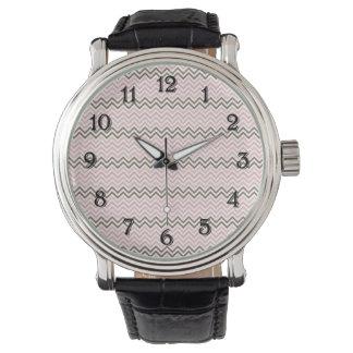 ガーリーなピンクおよびブラウンシェブロン 腕時計