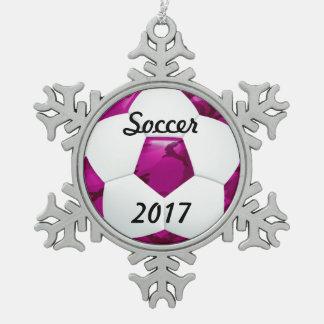 ガーリーなピンクのカムフラージュのサッカーボール スノーフレークピューターオーナメント