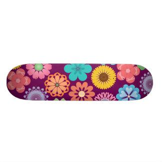 ガーリーなフラワーパワーカラフルな花の紫色パターン スケボーデッキ