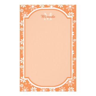 ガーリーなモノグラムのかわいいオレンジデイジーの花および名前 便箋