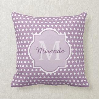 ガーリーなラベンダーの紫色の水玉模様モノグラムおよび名前 クッション