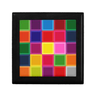 ガーリーな多色のな正方形およびストライプ ギフトボックス