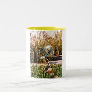 ガーンジーの庭の日時計 ツートーンマグカップ