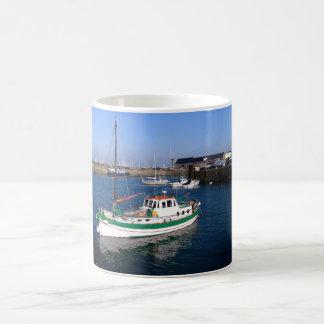 ガーンジー港のボート コーヒーマグカップ