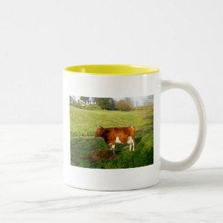 ガーンジー牛の時間を食べ物を与えること ツートーンマグカップ