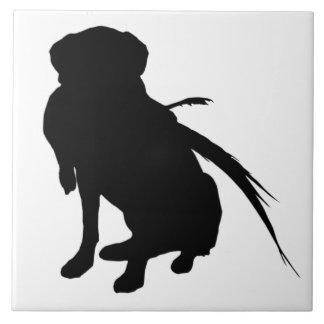 キジを持つラブラドル・レトリーバー犬のシルエット タイル