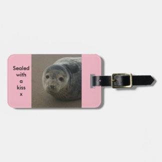 キスのかわいい灰色のシールの荷物の札と密封される ラゲッジタグ