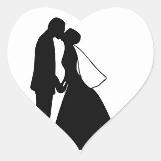 キスの新郎新婦のシルエットの結婚 ハートシール