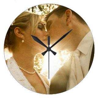 キスのBride&Groomの円形の(大きい)柱時計の結婚 ラージ壁時計