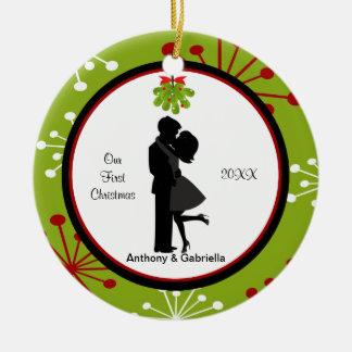 キスをするなカップルの初めてのクリスマスは一緒に飾ります セラミックオーナメント
