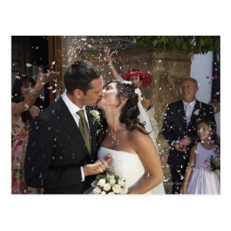 キスをするな花嫁上の紙吹雪を投げているゲスト ポストカード