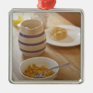 キッチン・テーブルの半分によって食べられる朝食 メタルオーナメント