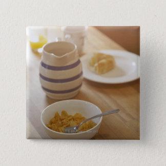 キッチン・テーブルの半分によって食べられる朝食 5.1CM 正方形バッジ