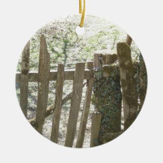 キヅタおよびコケでカバーされる古い木のゲート セラミックオーナメント