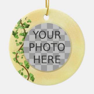 """""""キヅタが付いているあなたの写真""""のイタリアンな壁加えて下さい 陶器製丸型オーナメント"""