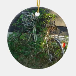 キヅタはバイクを覆いました 陶器製丸型オーナメント