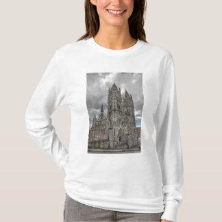 キト、エクアドルのバシリカ会堂の外面 Tシャツ