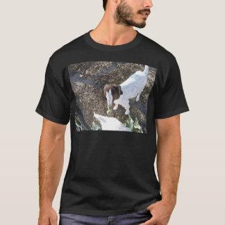 キャベツ葉を持つベビーのヤギ Tシャツ