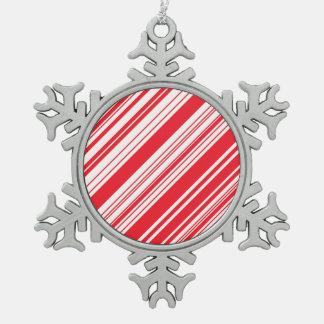 キャンディ・ケーンの赤と白の斜めの数々の縞で飾ります スノーフレークピューターオーナメント
