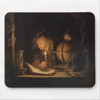 キャンドルライトによって調査している哲学者 マウスパッド