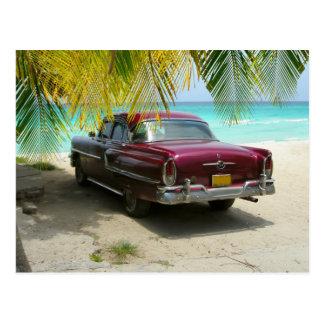 キューバのビーチのクラシックカー ポストカード