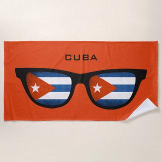 キューバはカスタムな文字のビーチタオルを影で覆います ビーチタオル