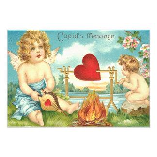 キューピッドの火のハートの流れの花のふいごのつば フォトプリント