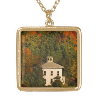 キューポラのネックレスが付いているニューイングランドの秋の家 ゴールドプレートネックレス