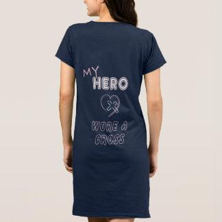 キリスト教の女性は私の英雄に身に着けていました十字を服を着せます ドレス