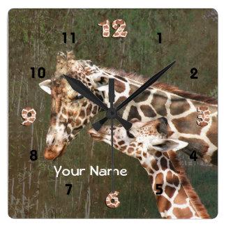 キリンのお母さんおよびベビーは名前を個人化します スクエア壁時計