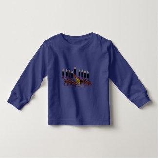 キリンのHannukahの(ユダヤ教)メノラー トドラーTシャツ