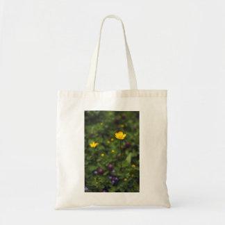 キンボウゲの野生花草原 トートバッグ