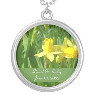 キンボウゲの黄色いラッパスイセンの花のネックレス シルバープレートネックレス