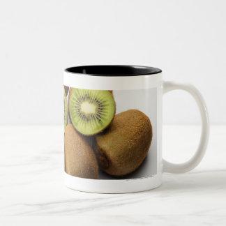キーウィフルーツのクローズアップ ツートーンマグカップ