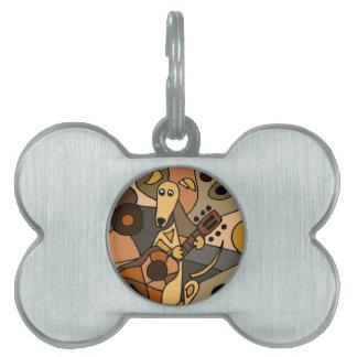 ギターの抽象芸術を遊んでいるおもしろいなグレイハウンド犬 ペットネームタグ