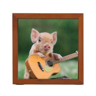 ギターを演奏しているおもしろいでかわいいブタ ペンスタンド