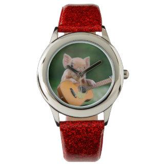 ギターを演奏しているおもしろいでかわいいブタ 腕時計