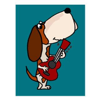 ギターを演奏しているおもしろいなバセットハウンド犬 ポストカード