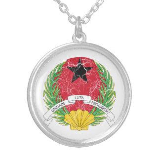 ギニア-ビサウの紋章付き外衣 シルバープレートネックレス