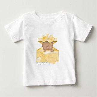 ギフトの箱黄色いバージョン2のベビー ベビーTシャツ