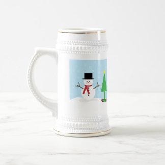 ギフト及びクリスマスツリーが付いている間抜けな漫画の雪だるま ビールジョッキ