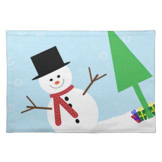 ギフト及びクリスマスツリーが付いている間抜けな漫画の雪だるま ランチョンマット
