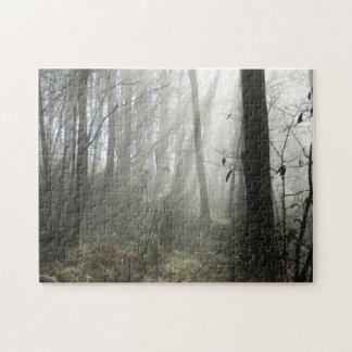 ギフト用の箱が付いている森林朝の霧の写真のパズル ジグソーパズル